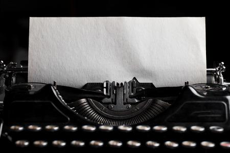 maquina de escribir: máquina de escribir con la hoja de papel. Espacio para el texto