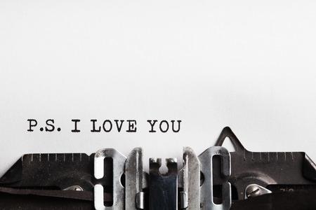 te quiero: Te amo. máquina de escribir con la hoja de papel. Espacio para el texto