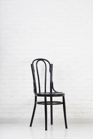 silla de madera: Silla en la pared de fondo blanco Foto de archivo