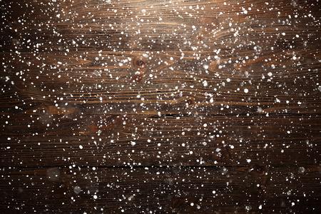 madera r�stica: Fondo de madera de Navidad con copos de nieve cayendo Foto de archivo