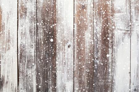 Kerst achtergrond met vallende sneeuw over houten achtergrond
