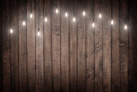 zábava: Žárovky na tmavě dřevěné pozadí