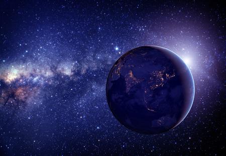 El planeta Tierra desde el espacio en el medio de estrellas. Foto de archivo