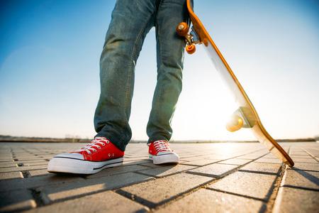 Skater Reiten ein Skateboard. Blick auf eine Person Reiten auf seinem Skate trägt lässige Kleidung Standard-Bild