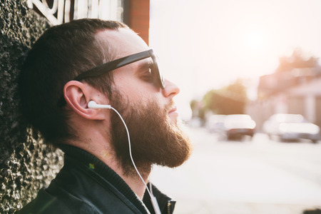 escuchando musica: Hipster escuchar música retrato