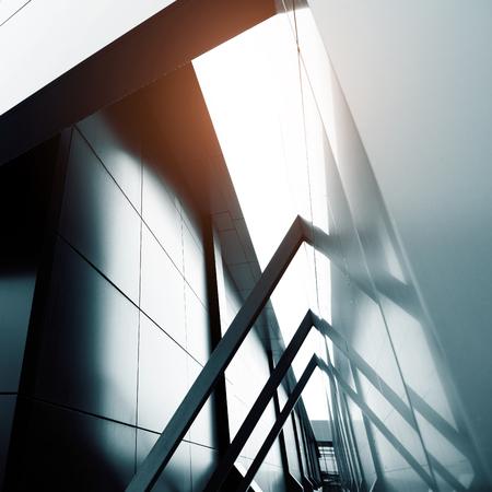 Groothoek abstracte achtergrond weergave van staal lichtblauw hoogbouw commercieel gebouw wolkenkrabber gemaakt van glas exterieur. Concept van succesvolle industriële architectuur en kantoorcentrum gebouw Stockfoto