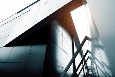 Szeroki kąt widzenia z streszczenie tło stali jasnoniebieskim wysoki wzrost budynku komercyjnego drapacza chmur ze szkła zewnątrz. Koncepcja udanej przemysłowej architektury i centrum biurowe budynku