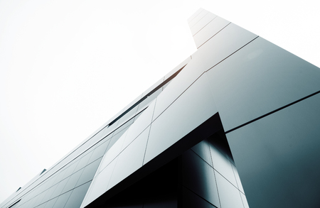 Grand angle abstrait vue de fond en acier bleu clair haut bâtiment commercial gratte-ciel en verre exter. concept de bâtiment d'architecture et d'un centre de bureau industriel réussi