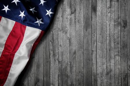 木制背景的美国国旗