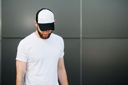 Hipster het dragen van witte lege t-shirt en een pet met ruimte voor uw logo