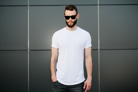 Hipster wearing white blank t-shirt with space for your logo Foto de archivo