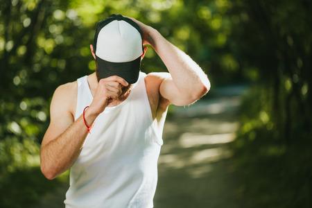 birretes: gorra de béisbol simulacro vacío para arriba en un hombre Foto de archivo