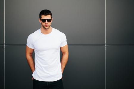 あなたのロゴのためのスペースと白い空の t シャツを着た男 写真素材