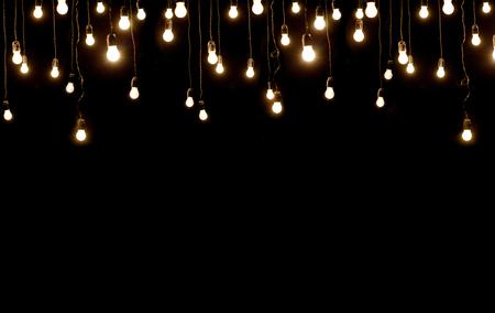 alumbrado: bombillas de luz sobre la textura oscura