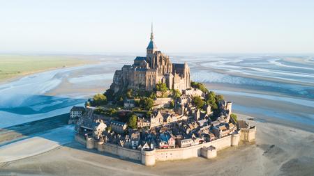 Le de marée du Mont Saint-Michel dans un beau crépuscule au crépuscule, Normandie, France Banque d'images - 82399093