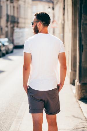 Hipster 잘 생긴 남성 모델 수염을 입고 흰색 빈 t- 셔츠 공간 로고 또는 캐주얼 도시 스타일 디자인