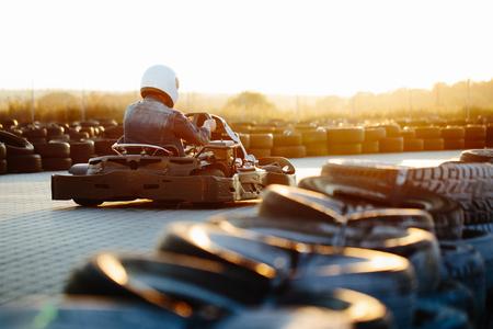 Kartingwedstrijd of raceauto's rijden voor de overwinning op een racebaan