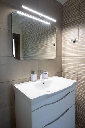 Luksusowa umywalka w łazience z kranem