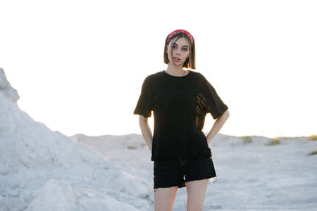 Sexy woman or girl wearing black blank t-shirt with space for your logo, mock up or design outdoors 免版税图像