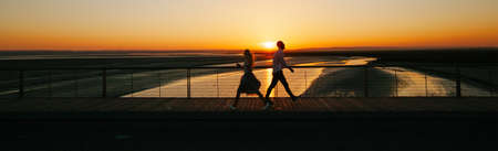 Couple walking next to a river during sunset 版權商用圖片