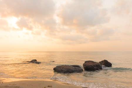 cielo y mar: Temprano en la ma�ana la salida del sol sobre el mar.