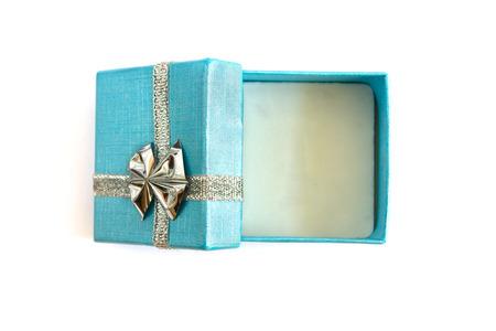 lazo regalo: Una peque�a caja de regalo aislados en blanco Foto de archivo