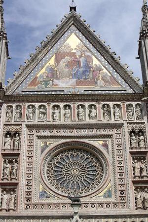 escarapelas: Vista de Santa María de la Asunción Catedral de Umbría, Orvieto, Italia Foto de archivo