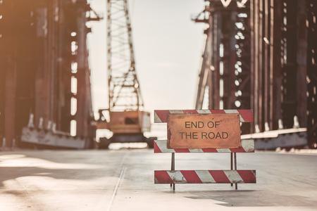 未完成の建物が路上で表示します。道の終わりについて警告します。