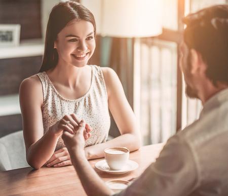 最終的に!提案の幸せな瞬間。彼女は言った、'はい!'カフェでロマンチックなカップルは美しい。