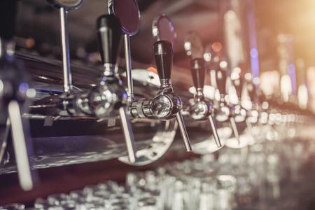 Grifos de cerveza de plata brillante en pub Foto de archivo - 80942780