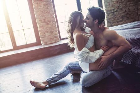 情熱的なカップルの寝室では、階のセックスがあります。