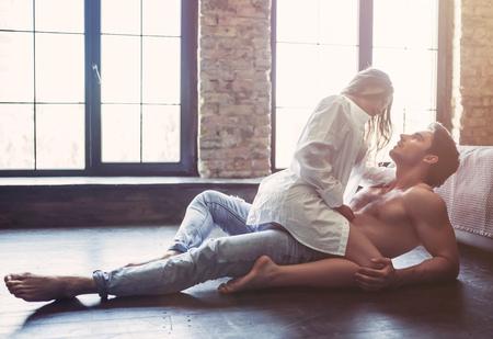 열정적 인 침실에서 몇 층에 성관계를 갖는 중입니다.