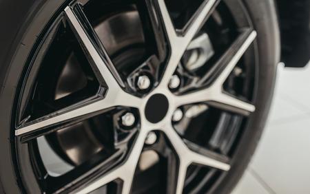 자동차 타이어의 근접 촬영입니다. 자동차 바퀴.