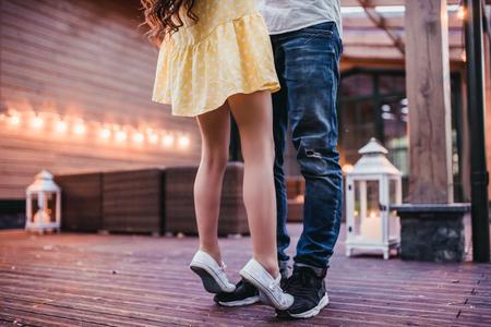 아빠와 딸 집의 테라스에 춤의 자른 된 이미지. 스톡 콘텐츠