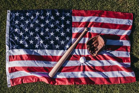 야구 방망이, 공 및 장갑 미국 국기에 누워