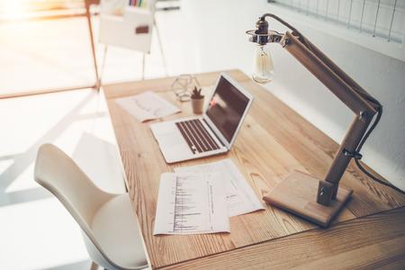 밝은 사무실에서 현대 작업 장소의 측면보기.