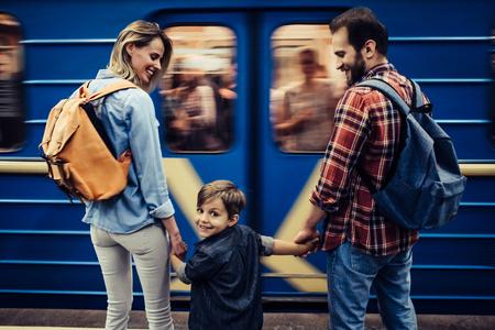 小さなかわいい息子で観光客のカップルは一緒に新しい都市を模索しています。地下。 写真素材
