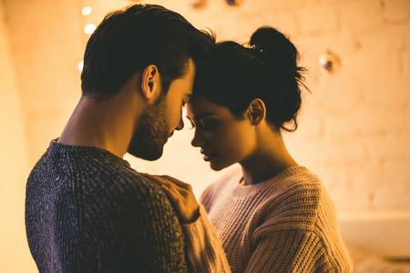 Couple romantique passionné dans des chandails passent du temps ensemble avant le Nouvel An à la maison Banque d'images