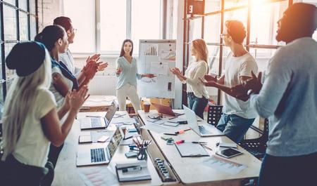 Multiraciale jonge creatieve mensen in moderne kantoor. Stockfoto