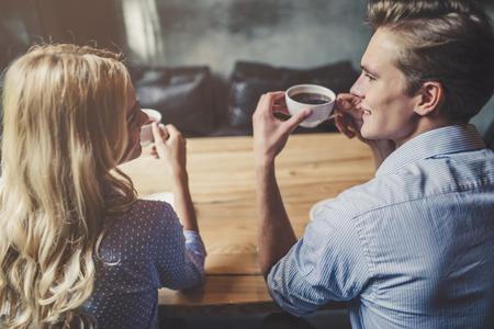 Apuesto joven y atractiva joven pasan tiempo juntos. Pareja romántica en el café es tomar café y disfrutar de estar juntos. Foto de archivo - 91837088