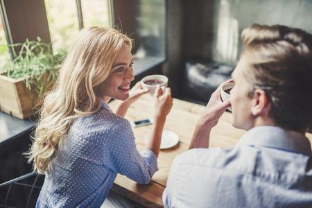 Apuesto joven y atractiva joven pasan tiempo juntos. Pareja romántica en el café es tomar café y disfrutar de estar juntos. Foto de archivo - 91837089
