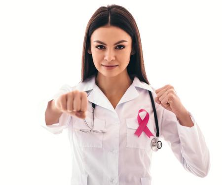 ピンクのリボンを持つ若い女性医師は、乳癌に苦しんでいます。乳がん啓発コンセプト。