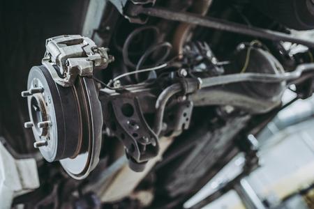 Auto service Auto reparatie en onderhoud. Vering met remschoen en remschijf. Stockfoto
