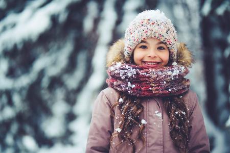 Weinig leuk meisje heeft pretoutdoots in de winter. Stockfoto