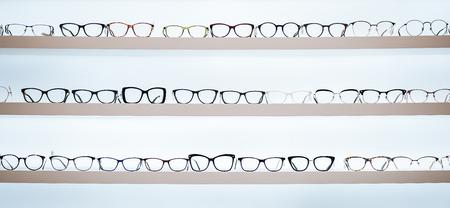 Duży wybór okularów na półkach w poradni okulistycznej. Nowoczesna lekka klinika okulistyczna. Zdjęcie Seryjne