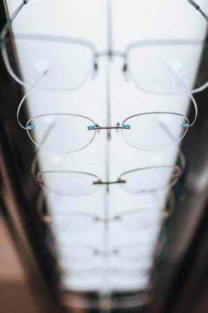 Gran selección de anteojos en estantes en la moderna técnica de la cirugía técnica de la cirugía moderna Foto de archivo - 97156020