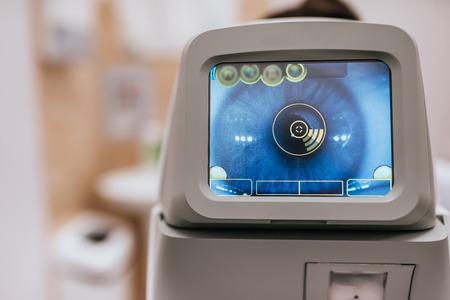 Moderne Augenklinik. Tools zur Überprüfung des Sehvermögens und der Augengesundheit.