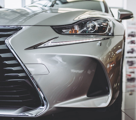Coche nuevo en showroom. Exterior de lujo. Concesionario de coches.