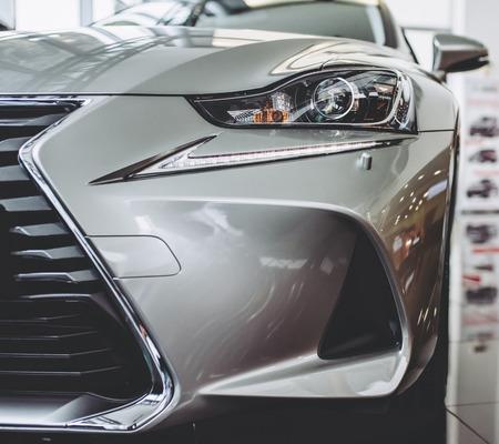 Nieuwe auto in showroom. Luxe exterieur. Autohandelaar.