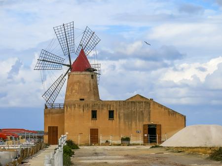 molinos de viento: Molinos de viento de Trapani, Sicilia Editorial